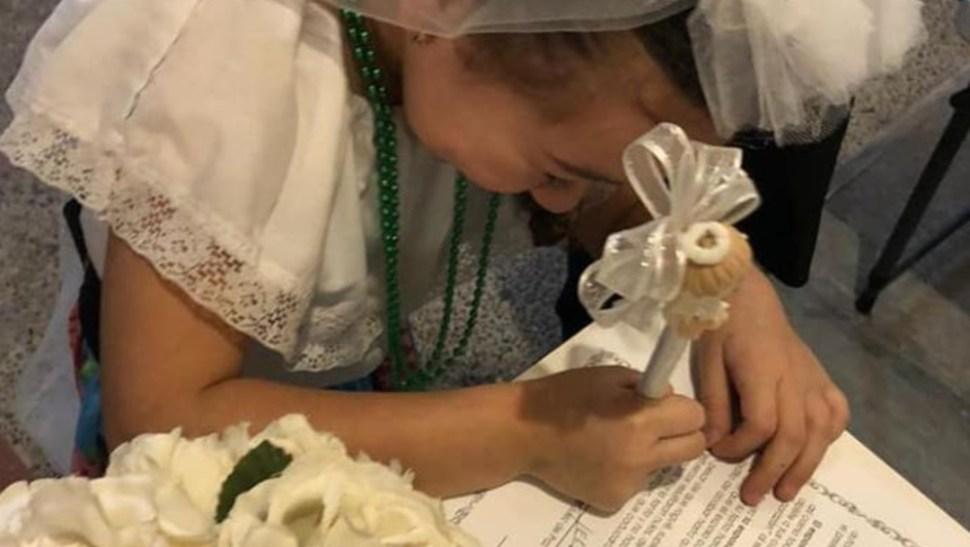 Foto: Una niña se 'casa' en una kermés escolar, 21 noviembre 2019