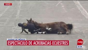 Caballo y jinete caen durante espectáculo de la Revolución Mexicana