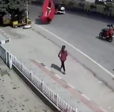 Auto cae del segundo piso de una vía rápida y mata a una mujer en India
