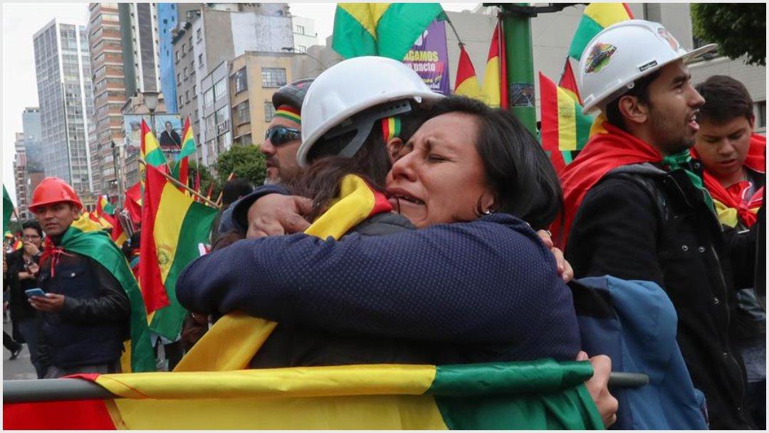 Foto: Ciudadanos bolivianos festejan la renuncia del presidente de Bolivia, Evo Morales, este domingo en La Paz, 10 de noviembre de 2019 (EFE)