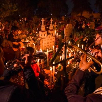 Con ofrendas, alumbradas y música, se celebra el Día de Muertos en México