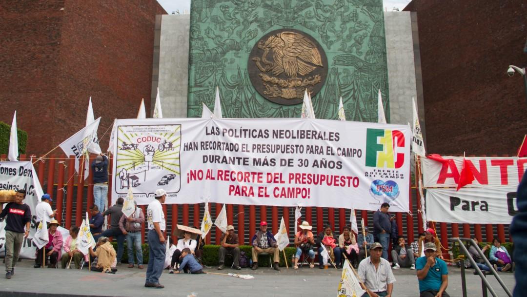 Foto: Continúa bloqueo de campesinos a Cámara de Diputados