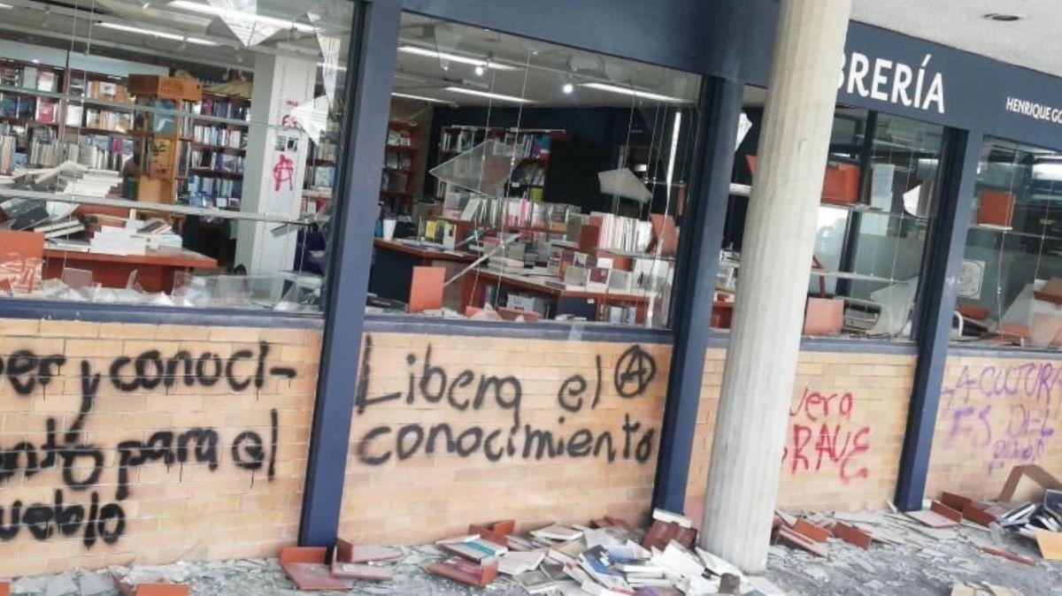 Encapuchados vandalizan librería de la UNAM.