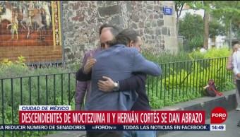 FOTO: Descendientes Moctezuma II Hernán Cortés se dan abrazo CDMX