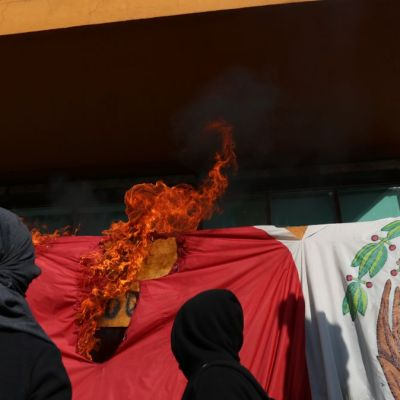 Encapuchados queman bandera de México en Rectoría de la UNAM