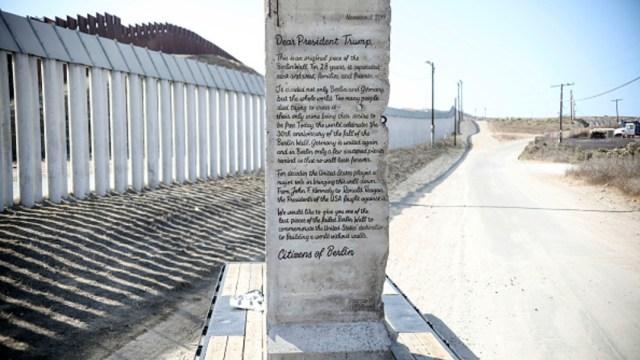 Foto: El pedazo de muro fue enviado originalmente a la Casa Blanca para entregarse el 9 de noviembre, cuando se cumplieron 30 años de la caída histórica del Muro de Berlín, 16 de noviembre de 2019 (Getty Images)