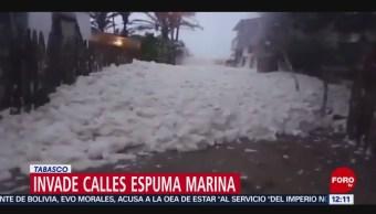 Espuma marina invade calles de Cárdenas, Tabasco