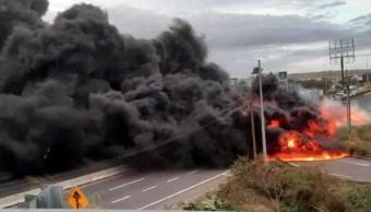 Foto: Estalla pipa cargada con combustible tras volcarse en la carretera Veracruz-Cardel, 15 noviembre 2019