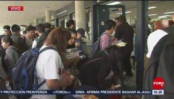 FOTO: Estudiantes ayudan regresar libros tras destrozos encapuchados Rectoría,