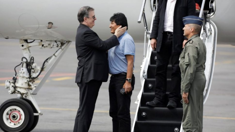 Foto: Marcelo Ebrard, el canciller de México (izq) recibe al expresidente de Bolivia, Evo Morales (der), el 12 de noviembre de 2019 (Reuters)