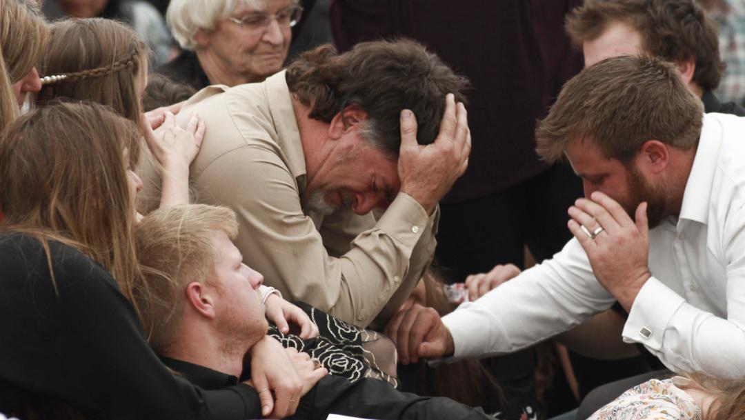 Foto: David Langford es consolado por familiares y amigos durante el funeral de su esposa y sus dos hijos, víctimas de un ataque armado en Sonora, México, 21 noviembre 2019