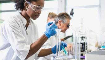 Foto: Científicos trabajando en un laboratorio. Getty Images/Archivo
