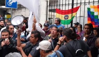 Foto: Seguidores de Evo Morales protestan en la embajada de Bolivia en México. Twitter/@NakamuraMx