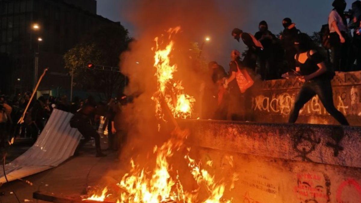 Foto: Mujeres encapuchadas quemaron la Glorieta de Cuitláhuac.