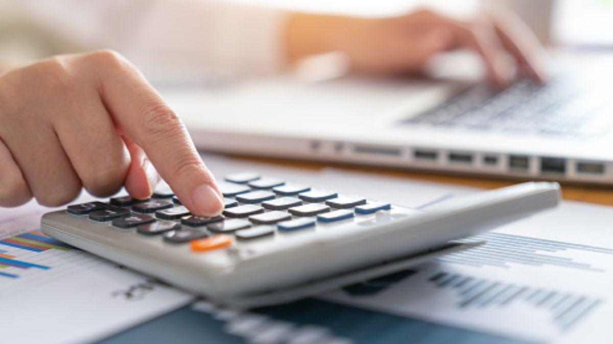 Foto: Una persona suma en una calculadora