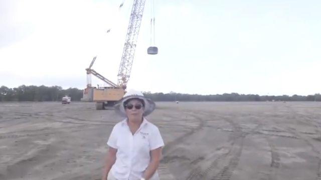 Foto: Rocío Nahle, secretaría de Energía, muestra el terreno donde se construye la refinería de Dos Bocas, en Paraíso, Tabasco
