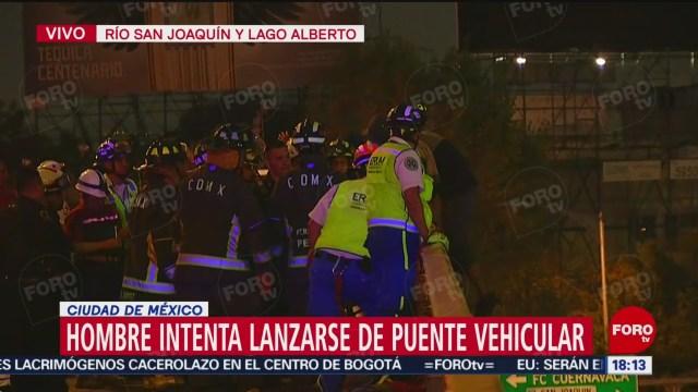 FOTO: Hombre intenta lanzarse de puente vehicular en la Ciudad de México, 24 noviembre 2019