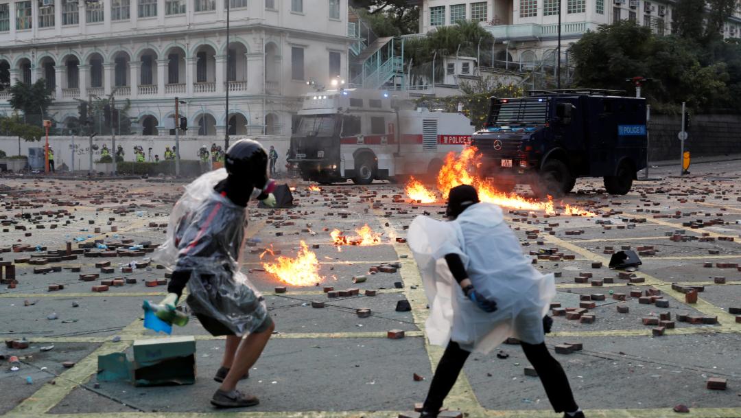 FOTO Siguen protestas en Hong Kong, hieren a policía con una flecha (Reuters)