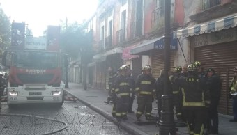 Controlan incendio en el Zócalo de la CDMX.