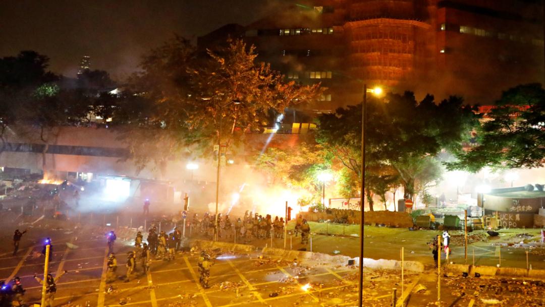 Foto: Los agentes antidisturbios irrumpieron antes del amanecer mientras ardían incendios dentro y fuera de la universidad, 17 de noviembre de 2019 (Reuters)