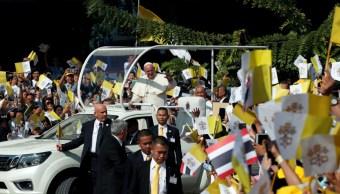 Papa concluye visita a Tailandia, homenajea minoría católica