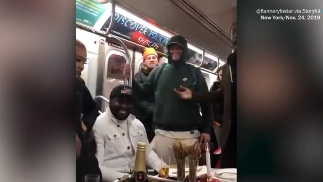 Foto: Pasajeros celebran cena de Acción de Gracias en el Metro de NY