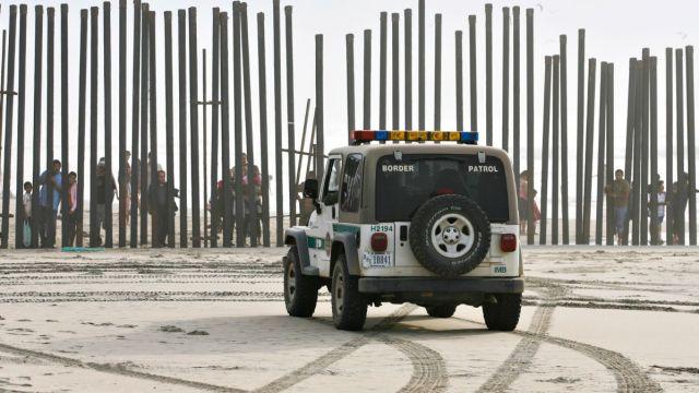 Vehículo de la Patrulla Fronteriza en zona limítrofe entre México y Estados Unidos
