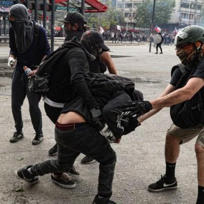 Piñera rechaza dimitir y promete investigar abusos policiales en Chile