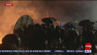 Policía de Hong Kong dispara gas lacrimógeno en campus universitario