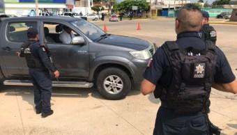 Elementos de la Secretaría de Seguridad Pública de Veracruz realizan revisiones a automovilistas.