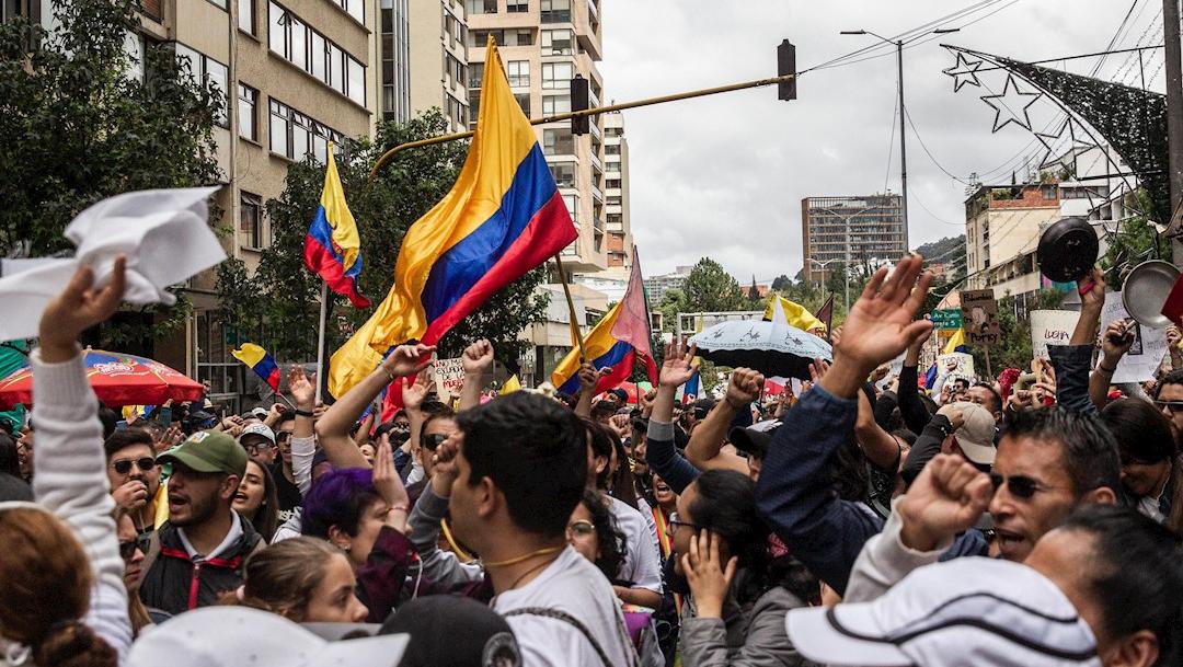 Foto: Cientos de personas participan en una marcha en el Parque Nacional en Bogotá, Colombia, 27 noviembre 2019