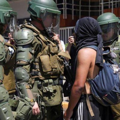 Investigarán a 14 policías por torturas durante protestas en Chile