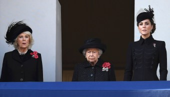 Fotografía que muestra a la reina Isabel II (c) y las duquesas de Cornualles, Camilla (i), y de Cambridge, Catalina (d), observando desde un balcón el desfile militar, 10 noviembre 2019