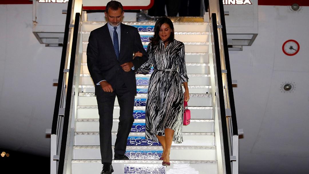 FOTO: El rey Felipe VI y la reina Letizia a su llegada esta noche al aeropuerto Internacional José Martí en La Habana. (EFE)