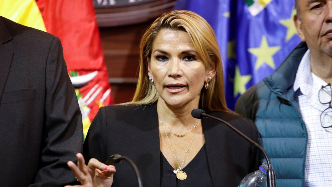 Foto: La líder y senadora de la oposición boliviana, Jeanine Áñez, convoca a sesiones para buscar resolver el vacío de poder, el 12 de noviembre de 2019 (Reuters)