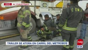 Tráiler se atora en carril del Metrobús en la CDMX
