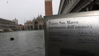 FOTO Venecia sigue inundada, cierra plaza de San Marcos (EFE)