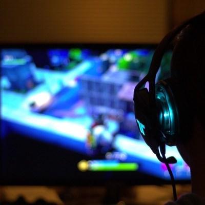 Muere adolescente frente a su computadora tras desvelarse jugando videojuegos