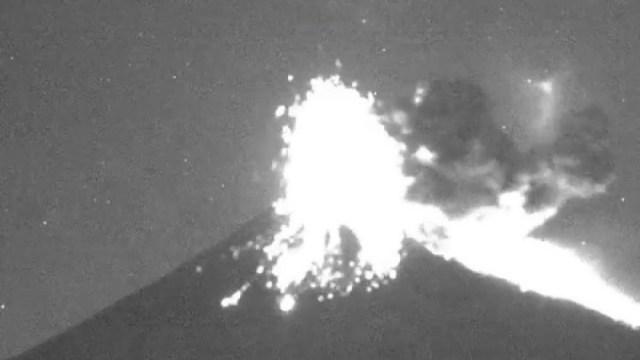 Popocatépetl registra explosión; lanza fragmentos y ceniza