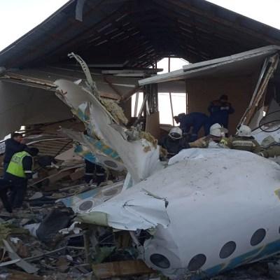 Se estrella avión con 100 personas en Kazajistán; hay sobrevivientes y 14 muertos