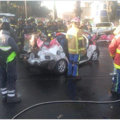 Fallecen cinco tras choque de taxi y vehículo particular en Iztapalapa