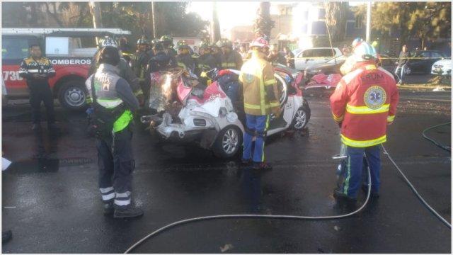 Foto: Accidente de un taxi y vehículo particular dejó cinco muertos, 1 de diciembre de 2019 (@SGIRPC_CDMX)