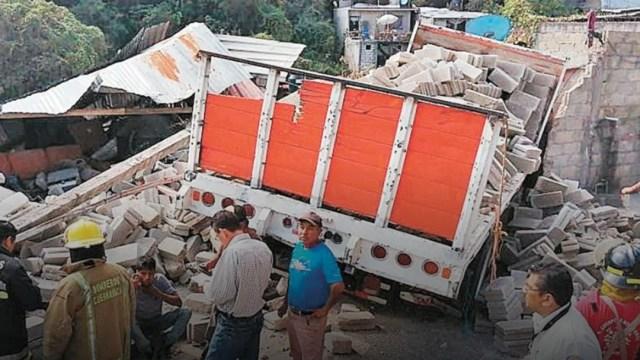 Foto: Camión de carga sin frenos derriba una casa en Cuernavaca