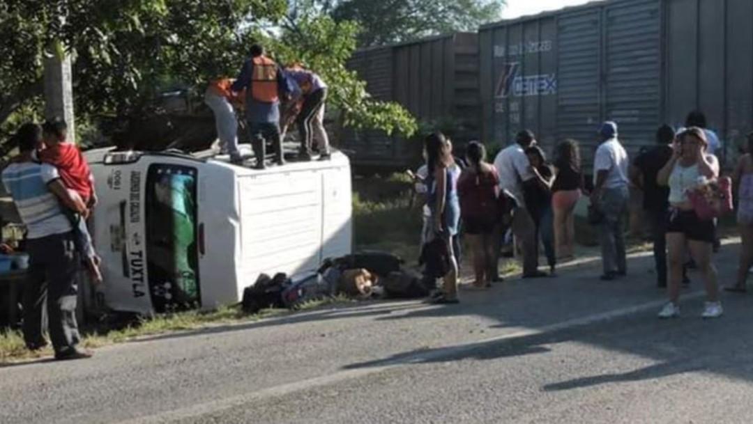 Foto: El vehículo tipo van del transporte público fue arrastrado cuando intentó ganarle el paso al tren, en el tramo carretero Tonalá - Puerto Arista; el accidente dejó 15 estudiantes lesionados