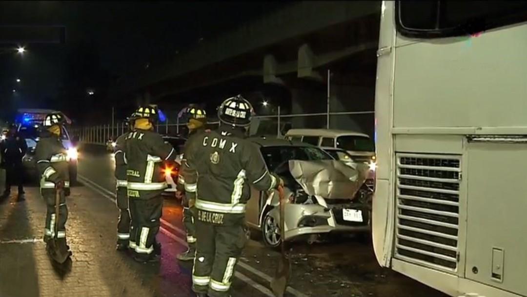 Foto: Bomberos rescatan a dos hombres prensados tras choque automovilístico sobre el Viaducto Río Piedad, 27 diciembre 2019