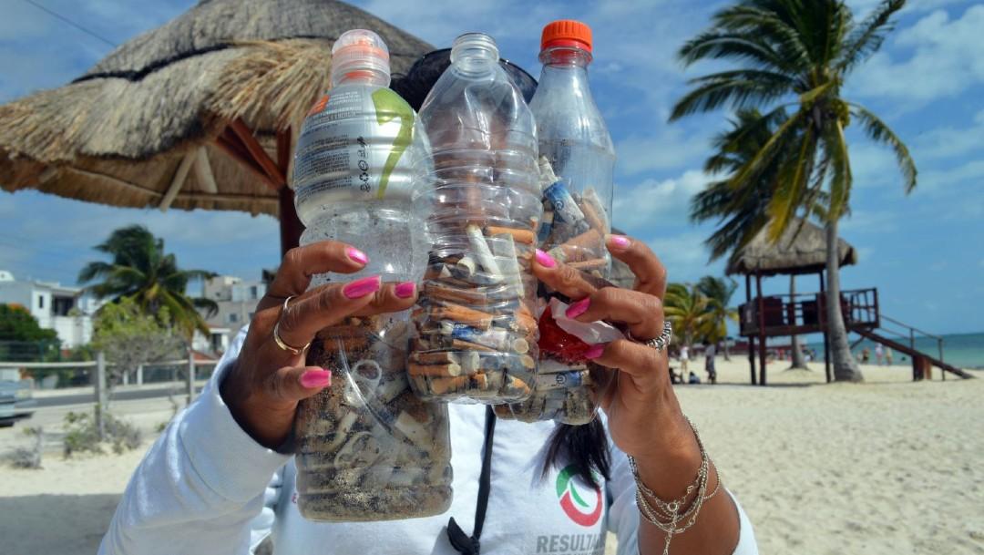 Imagen: Se pretende que personas fumadoras depositen sus colillas en contenedores que se han colocado a lo largo de la bahía y crear conciencia sobre no arrojarlas al agua o en la arena