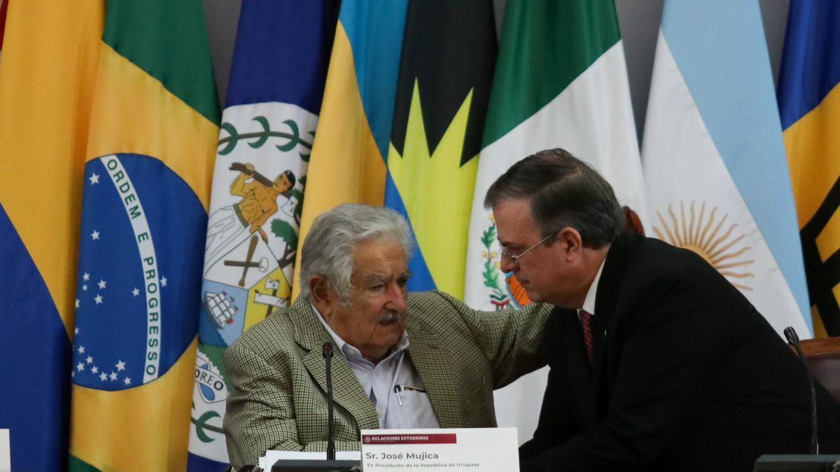 José Mujica, ex presidente de Uruguay, y Marcelo Ebrard, secretario de Relaciones Exteriores