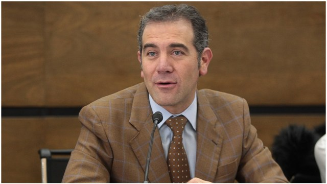 Imagen: Lorenzo Córdova recibió la petición sobre los cambios en la credencial elector, 15 de diciembre de 2019 (INE)