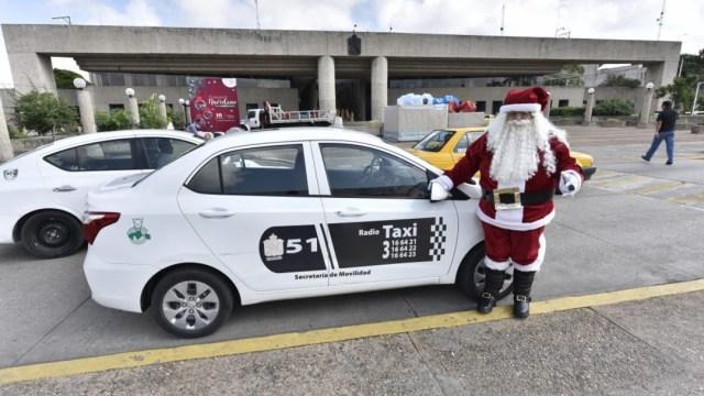 Foto: Santa Claus mexicano recolecta juguetes en su taxi para niños pobres, 28 de noviembre de 2019 (EFE)