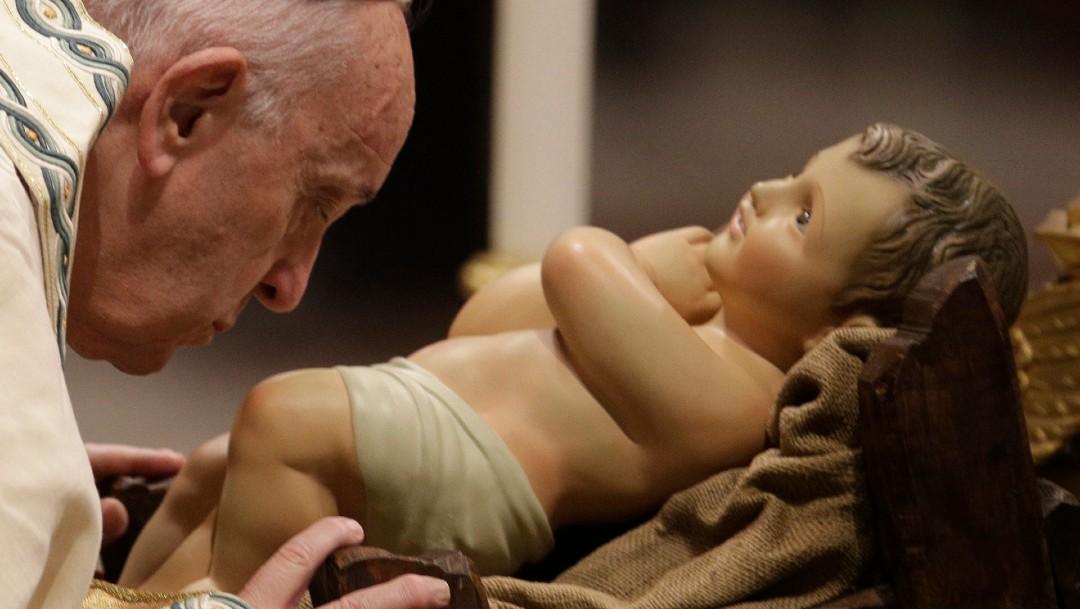 Foto: El papa Francisco besa al Niño Jesús